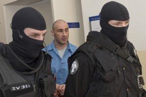 Obžalovaný Ľuboš F. odchádza v sprievode polície z prerušeného  súdneho pojednávania.