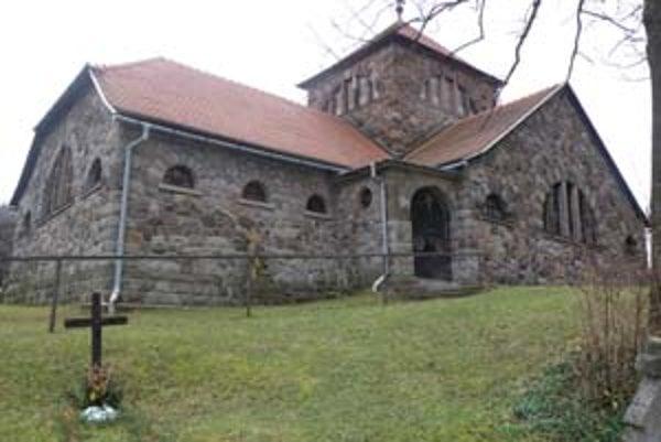 Kostol Dobrého pastiera na hornom konci Handlovej stojí na kopci, ktorý sa po vlaňajších výdatných dažďoch dal do pohybu.