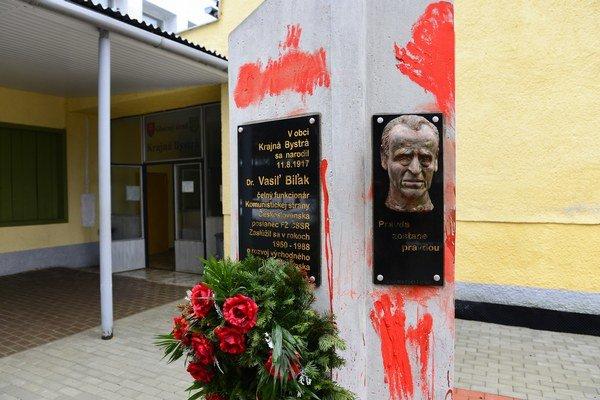 Pomník s bustou Vasiľa Biľaka pred obecným úradom v Krajnej Bystrej.
