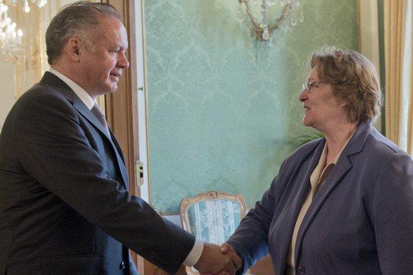 Prezident Andrej Kiska (vľavo) prijal v Bratislave verejnú ochrankyňu práv Janu Dubovcovú (vpravo).