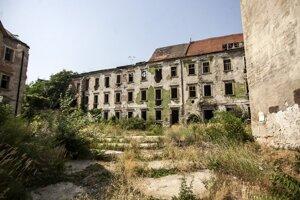 """Neskororenesačný  Esterházyho palác v historickom jadre Bratislavy si """"zahral"""" vo filme Peacemaker ako kulisa po bombardovaní. Plánovaná prestavba paláca na hotel sa zatiaľ nekoná, v roku 2011 sa začali  len práce na  podzemných garážach."""