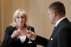 Robert Fico vítal novú premiérku Ivetu Radičovú so šampanským na Úrade vlády po voľbách v roku 2010.