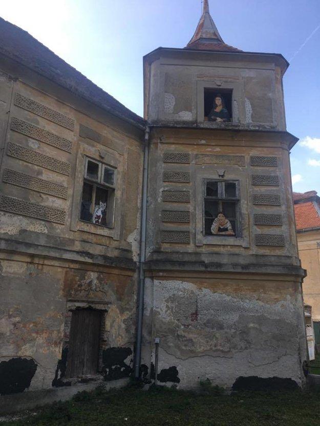 Postavy zo známych obrazov v oknách kaštieľa