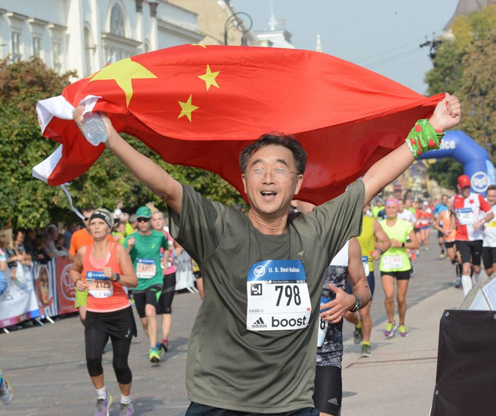 Na štart 93. ročníka Medzinárodného maratónu mieru v Košiciach sa postavilo takmer 12.000 atlétov z 58 krajín sveta. Na snímke LI Xiaobai z Číny po dobehnutí do cieľa.