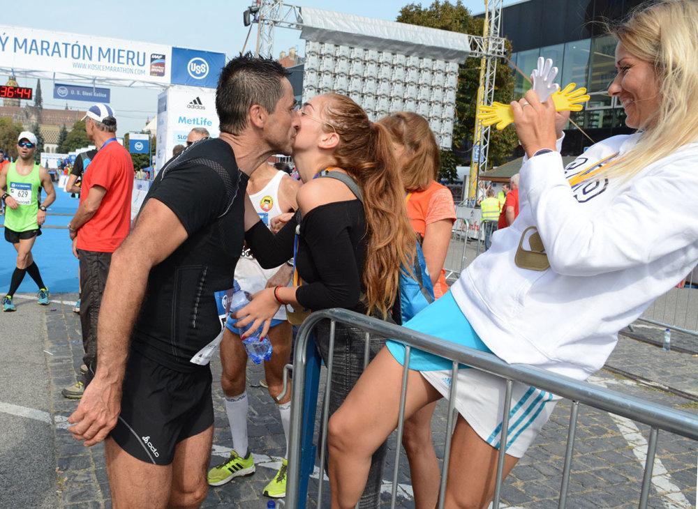 Bozk od krásnej ženy by si zaslúžil každý, kto zdolal maratónsku trať. Nie každého však v cieli čakala takáto sladká odmena.