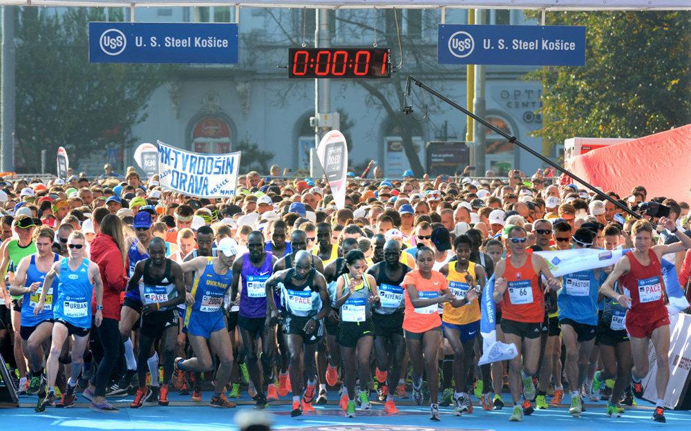 Na štart 93. ročníka Medzinárodného maratónu mieru v Košiciach sa postavilo rekordných 11 713 vytrvalcov. Do ulíc ich prišlo povzbudzovať viac ako 60-tisíc obyvateľov mesta, ktorí vytvorili opäť sviatočnú atmosféru, takú typickú pre prvú októbrovú nedeľu.