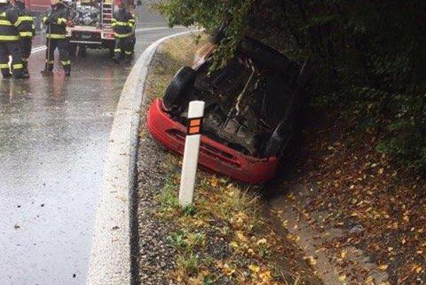 Nehoda pri Ďurďošíku. Vodič dostal šmyk, skončil na streche.