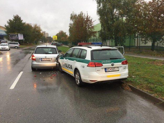 Havarovali aj policajti. Na Popradskej ulici vrazili do škodovky.