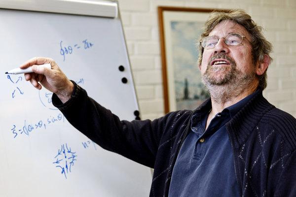 jeden z víťazov tohtoročnej Nobelovej ceny za chémiu John Michael Kosterlit.