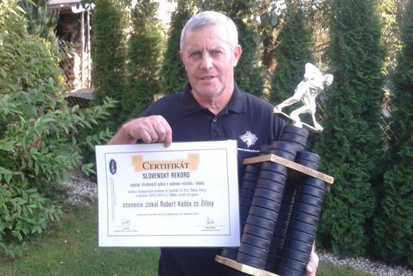 Robert Kašša s originálnou trofejou a certifikátom.