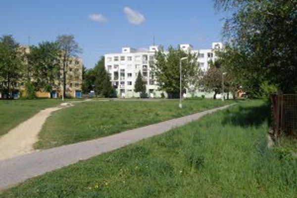 Bytovka by mala stáť na tomto mieste, niektorí ľudia z okolitých domov sú proti.