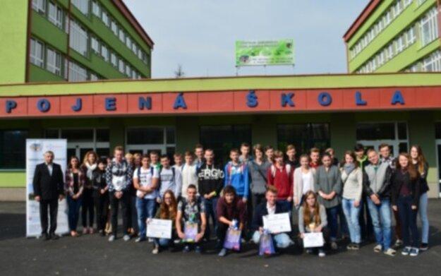 Študenti z Kysuckého Nového Mesta na spoločnej fotografii.