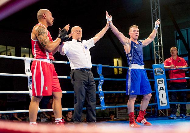 Matúš Strnisko (vpravo) po výhre nad najúspešnejším boxerom profiligy WSB Talianom Manfredoniom. Zdolá nitriansky odchovanec aj súpera z Poľska?