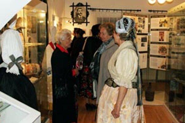 Návštevníkov múzea sprevádzali lektorky v tradičných krojoch.