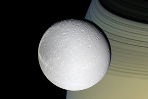 Dione a Saturn v pozadí.
