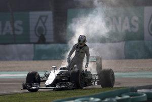 Lewis Hamilton odstúpil na Veľkej cene Malajzie pre poruchu motora a prišiel o šancu dostať sa na prvé miesto v hodnotení MS formuly 1.