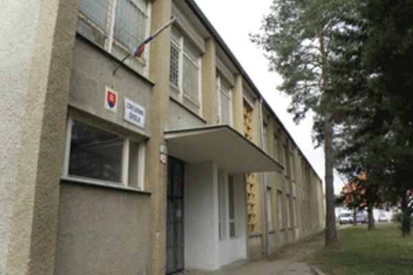 Žiaci zo Základnej školy na Rastislavovej ulici v Prievidzi nemajú vonku kde športovať.