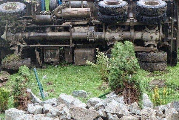 Tatra sa prevrátila, vodič skončil s vážnymi zraneniami v nemocnici.