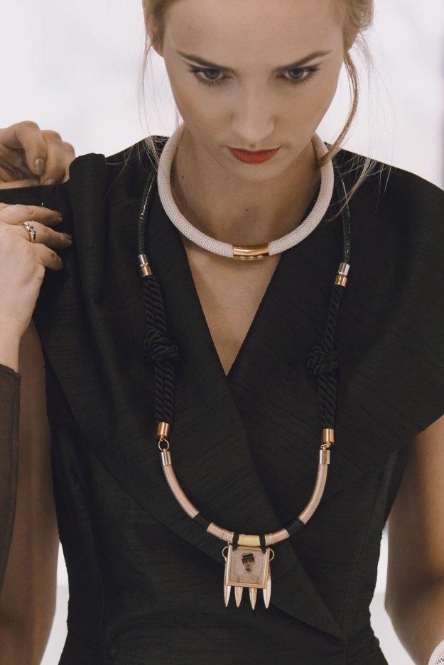 S Idou Sándor si rozumie najmä v minimalistickom trendeNáhrdelníky z lán a brazílskych achátov mali úspech na Bratislavských módnych dňoch.