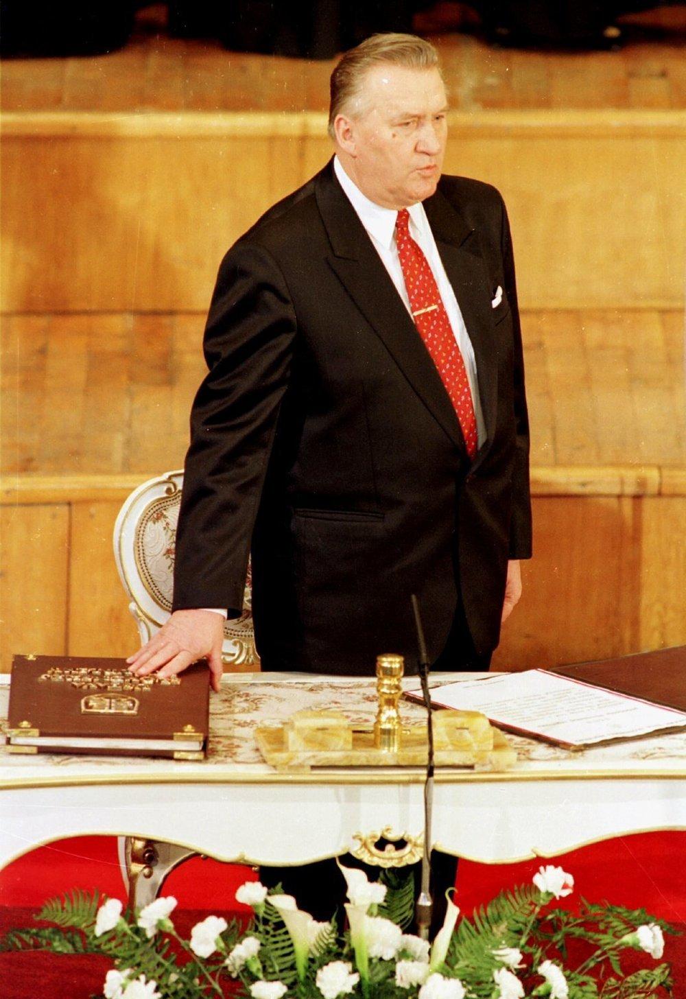 Prezident SR Michal Kováč skladá prezidentskú prísahu na Ústavu SR počas slávnostnej inaugurácie 2. marca 1993.