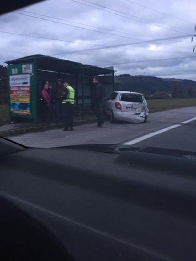 Na mieste dopravnej nehody je polícia a záchranné zložky.