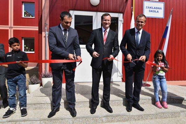 Strihanie pásky počas otvorenia novej, modulovej základnej školy v mestskej časti Starej Ľubovne v Podsadku 2. septembra 2015.