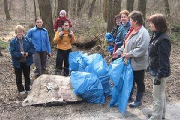 Aktívne ženy v Kľačne vyzbierali množstvo odpadkov.