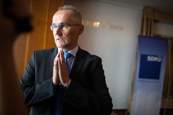 Financmajster SDKÚ hovorí, že nemal potuchy, ako sú jeho kamaráti prepojení na podnikateľov Kmotríka a Poóra.