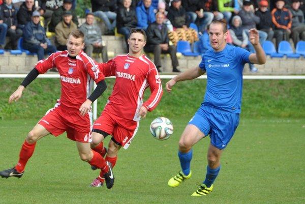 Marek Lejko (vpravo) takto napriahol ku druhému gólu Tvrdošína.