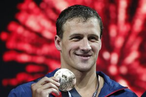 Americký plavec Ryan Lochte sa zasnúbil.