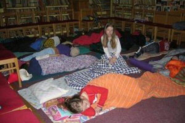 Deti spali medzi knihami.