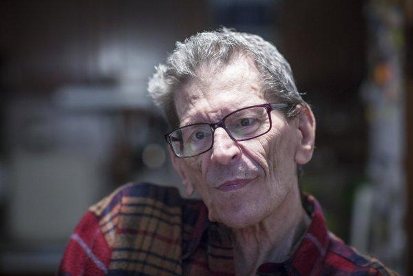 Tablet žiaka úcte k demokracii nenaučí, tvrdí učiteľ na dôchodku Milan Krahulec.