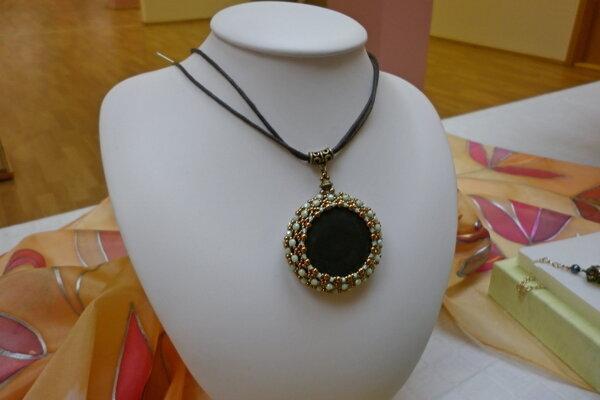 Vystavované šperky a šatky.