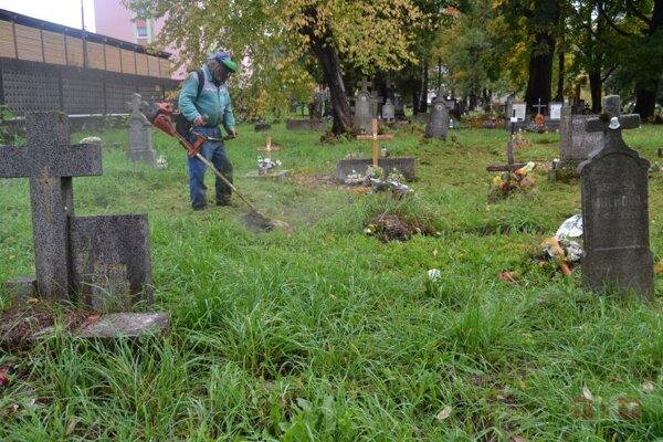 Na cintoríne v Hlinenom prebiehajú úpravy.