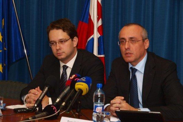 Keď odvolali mňa, môžeme teraz my odvolať Čima, vraví poslanec Smeru Anton Martvoň (vľavo).