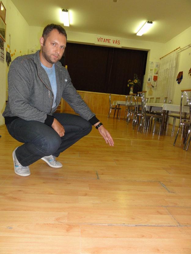 Viceprimátor Marek Holub ukazuje na popraskanú podlahu, ktorá sa začína prepadať.