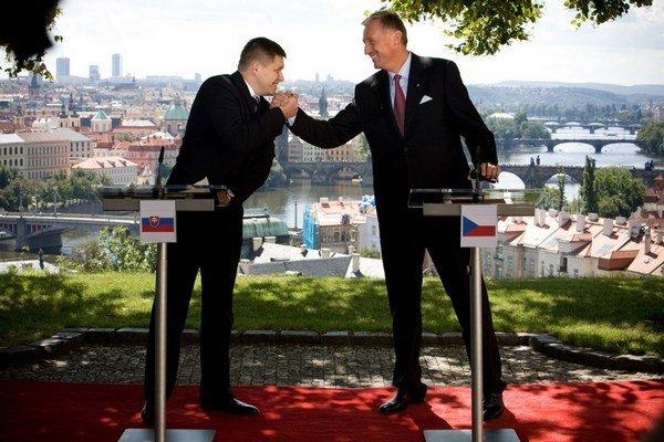 Sú oblasti, kde si ľavica a pravica dokážu porozumieť. Robert Fico a Mirek Topolánek.