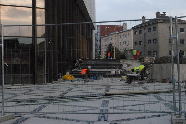Stavbári finišujú s prácami na chodníku od Grešovej ulice.