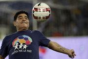 Argentínska futbalová legenda Diego Maradona si zahrá v charitatívnom zápase.