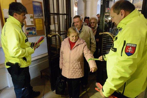 Policajti v kostole veriacich oboznamovali s dôležitosťou používania reflexných prvkov.