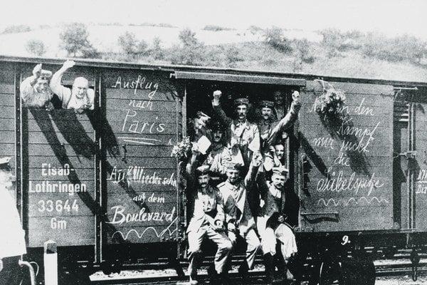 """Plány na """"Výlet do Paríža"""" alebo """"Stretnutie na parížskom bulvári"""" hlásali ďalšie nápisy na nemeckých vozňoch odchádzajúcich na front."""