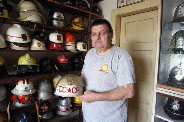 Narodil sa v roku 1955. Dvadsať rokov bol hasičom v Lučenci, odtiaľ odišiel do čiastočného invalidného dôchodku. Teraz robí vrátnika v škole v Poltári. Bol členom Medzinárodnej organizácie zberateľov hasičských prílb a momentálne je v Britskej asociácii z