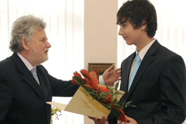 Župan Pavol Sedláček (vľavo) ocenil za statočnosť študenta Michala Kanianskeho.