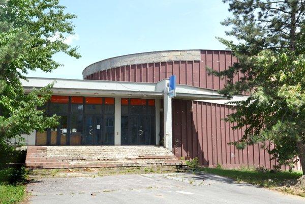 Opustená budova kina. Moderný multiplex zneho nateraz nebude.