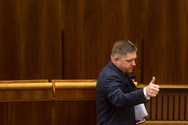 Premiér Fico počas hlasovania o novele Ústavy.