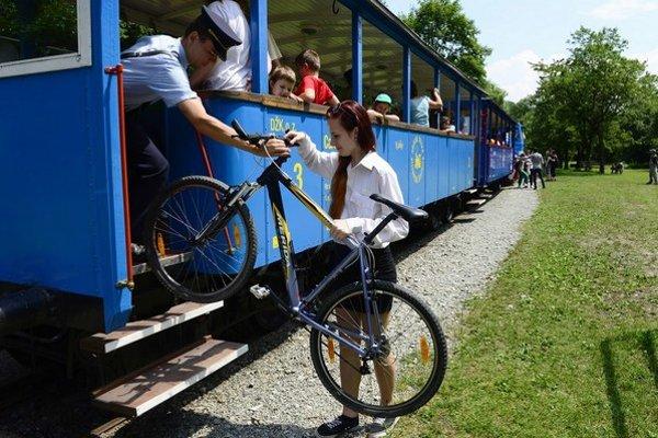 Sprievodcovia pomôžu, no bicykle nie je kam dať.