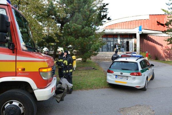 Piatkový zásah hasičov apolicajtov. Podľa nájomcu bola polícia vyviesť ľudí zkina inedávno.