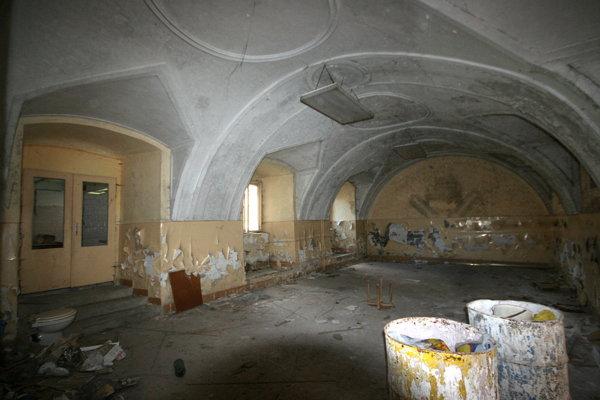 Útroby bývalého františkánskeho kláštora. Vo vnútri čaká členov združenia ešte veľa práce.