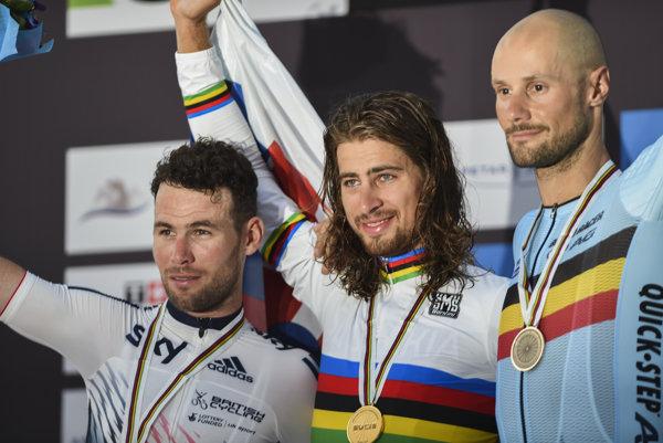 Peter Sagan (uprostred) po triumfe na MS s Markom Cavendishom (vľavo) a Tomom Boonenom.