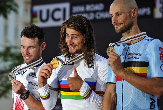 Peter Sagan (v strede) pózuje so zlatou medailou. Vľavo strieborný Brit Mark Cavendish a vpravo bronzový Belgičan Tom Boonen.